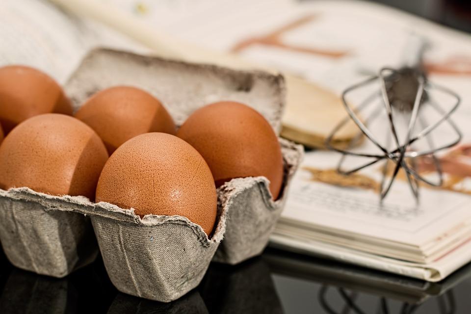 jajka, końcówka miksująca i książka z przepisem na blacie