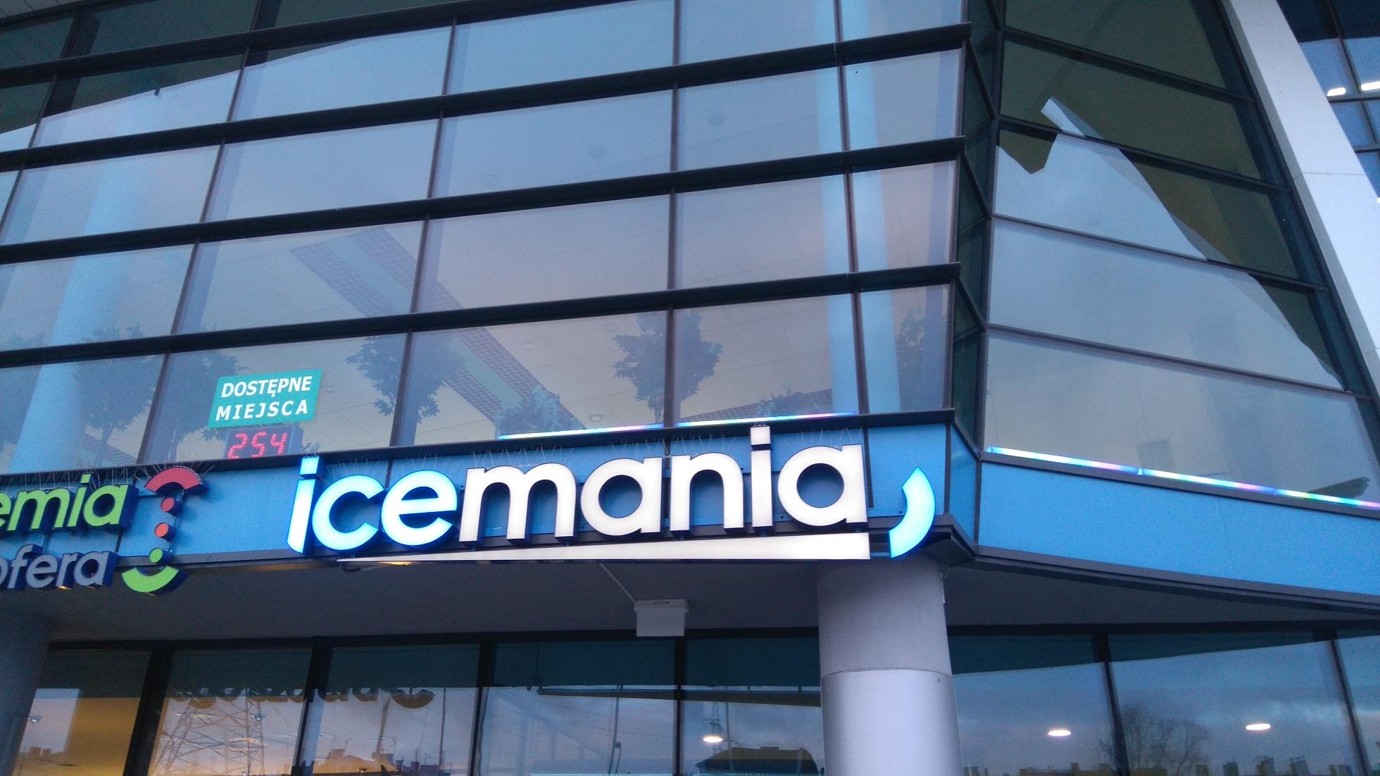 logo icemania na budynku