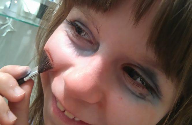 dziewczynka robi sobie makijaż