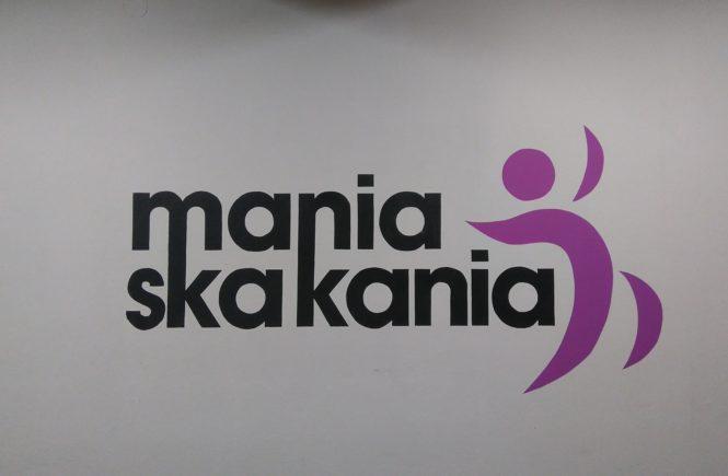 napis mania skakania i logo