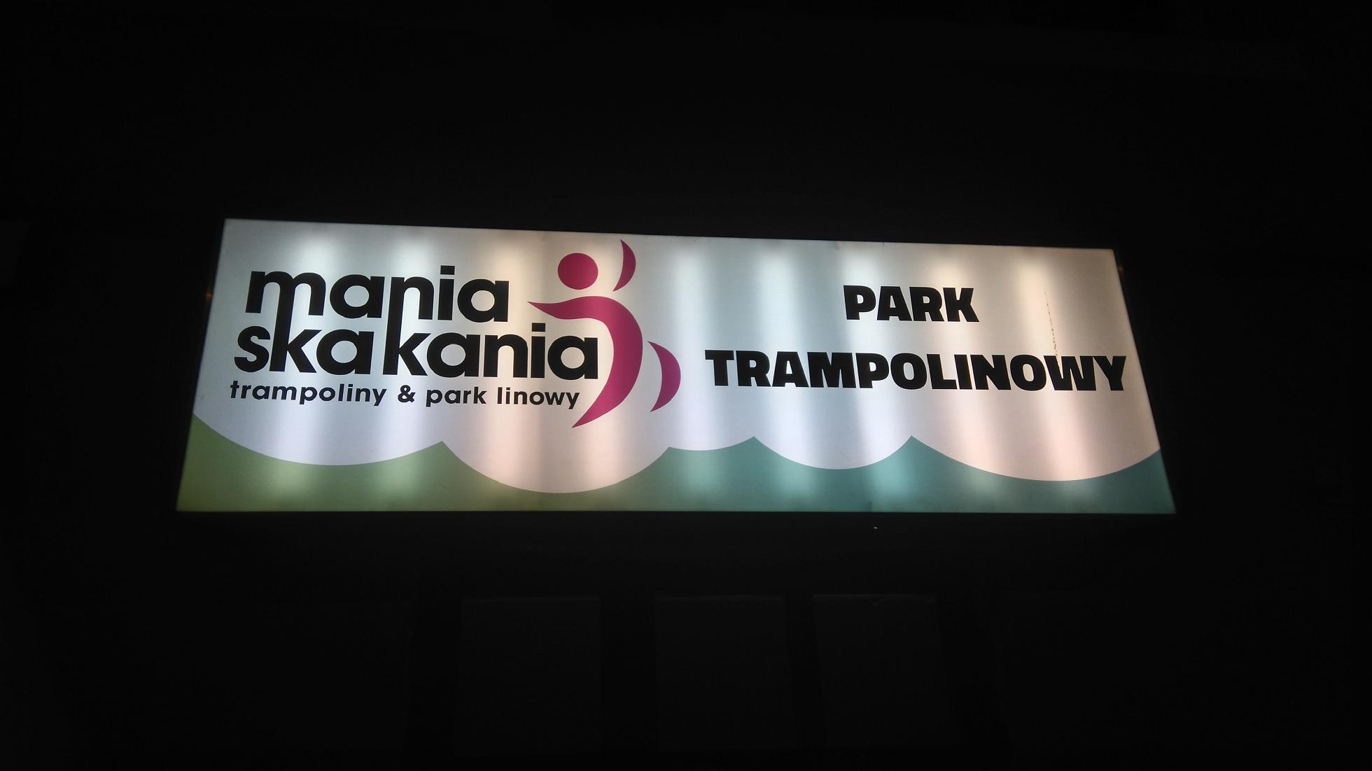 szyld nad wejściem do parku trampolin Mania Skakania