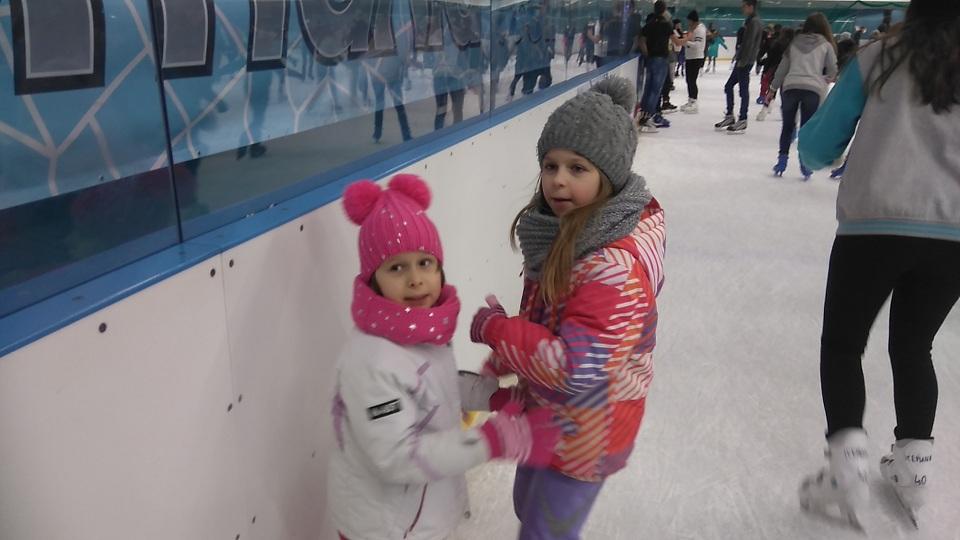 dwie dziewczynki na tafli lodowiska