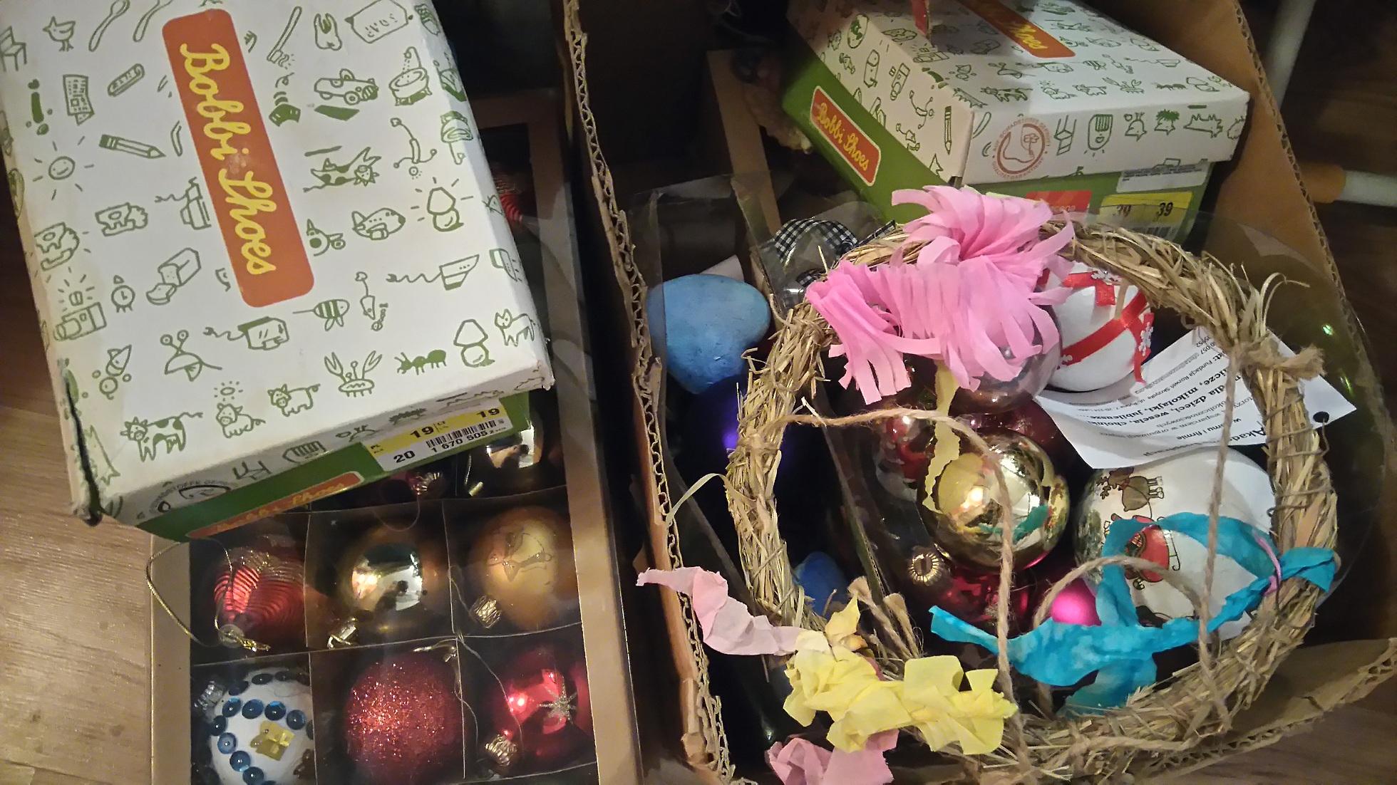 pudełko z ozdobami na choinkę