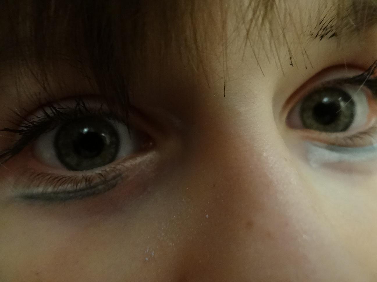 umalowane oczy dziewczynki
