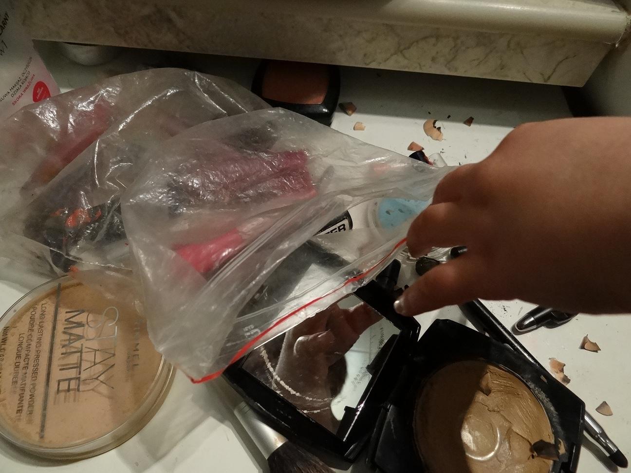 porozrzucane kosmetyki do makijażu