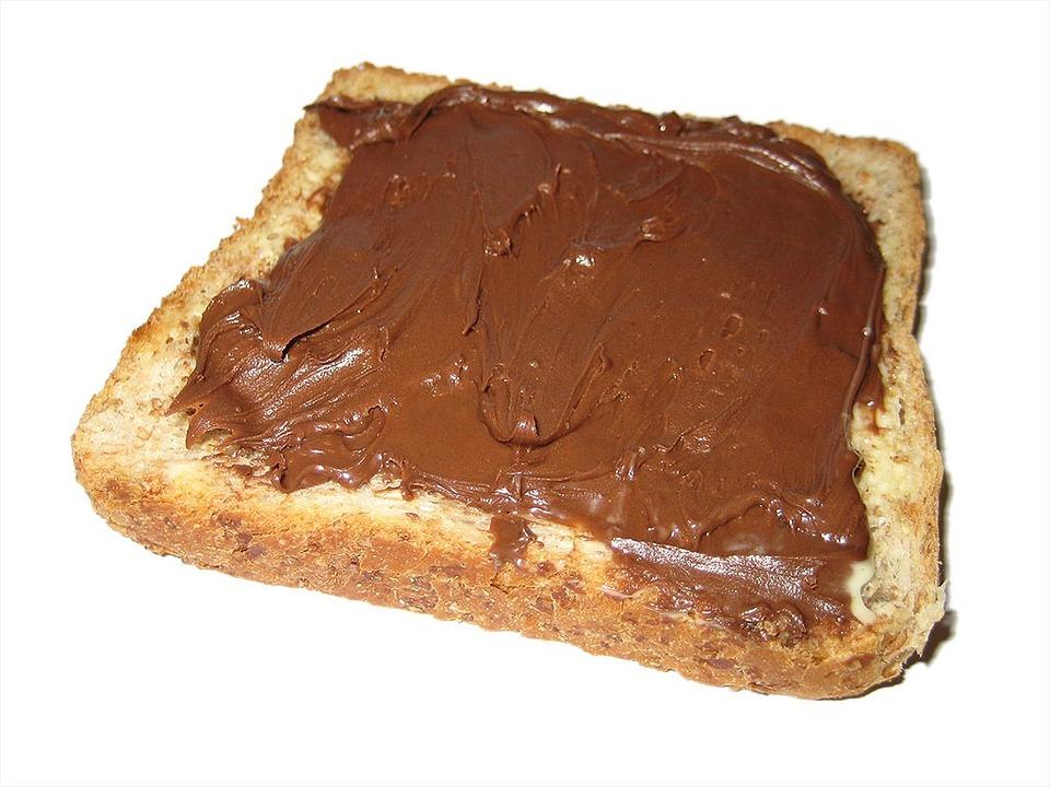 kromka chleba posmarowana nutellą