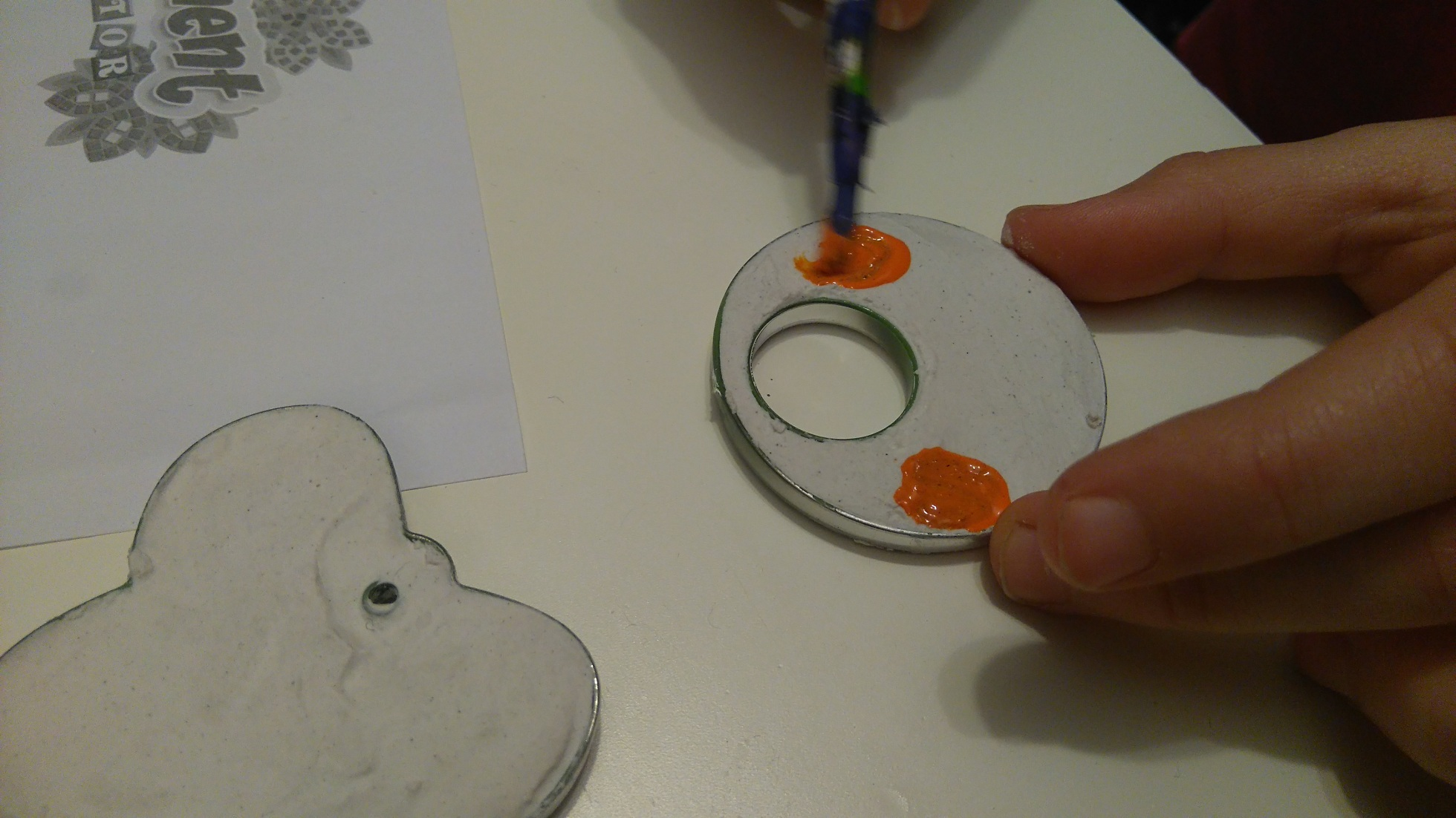 malowanie wzorów na okrągłym wisiorku z gipsu
