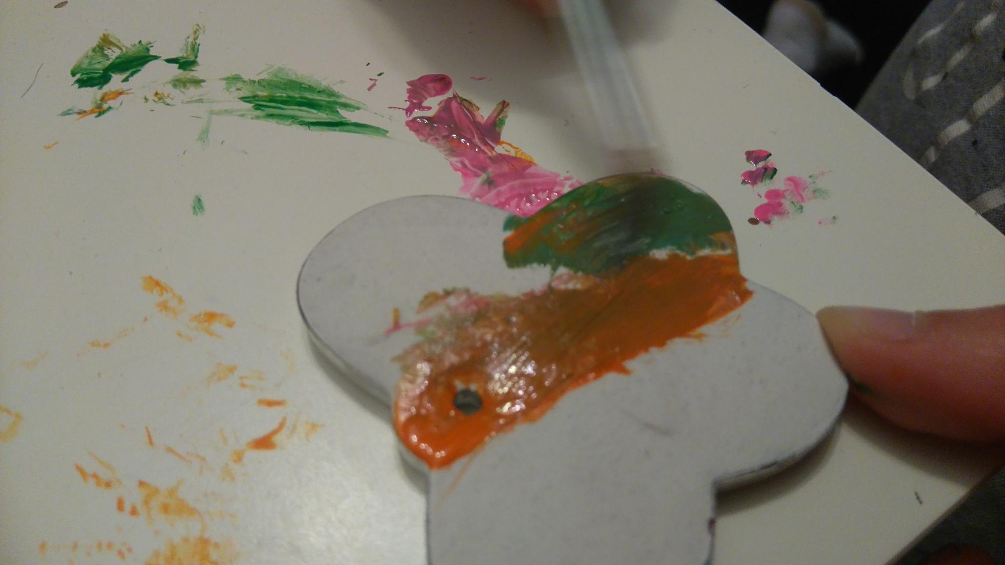 malowanie pędzlem gipsowego wisiorka w kształcie motylka