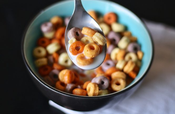 miska z mlekiem i kolorowymi płatkami kukurydzianymi