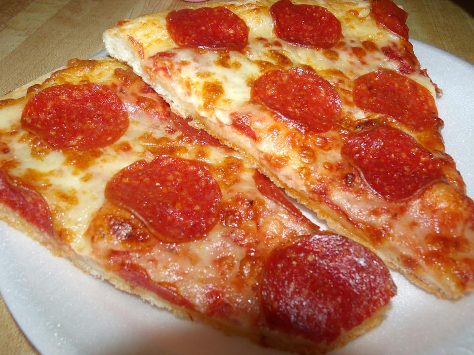 pizza z salami kawałki