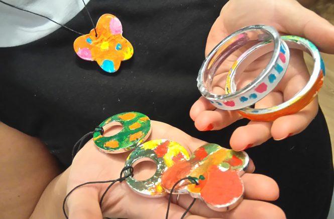 kolorowa gipsowa biżuteria na ręce i na szyi