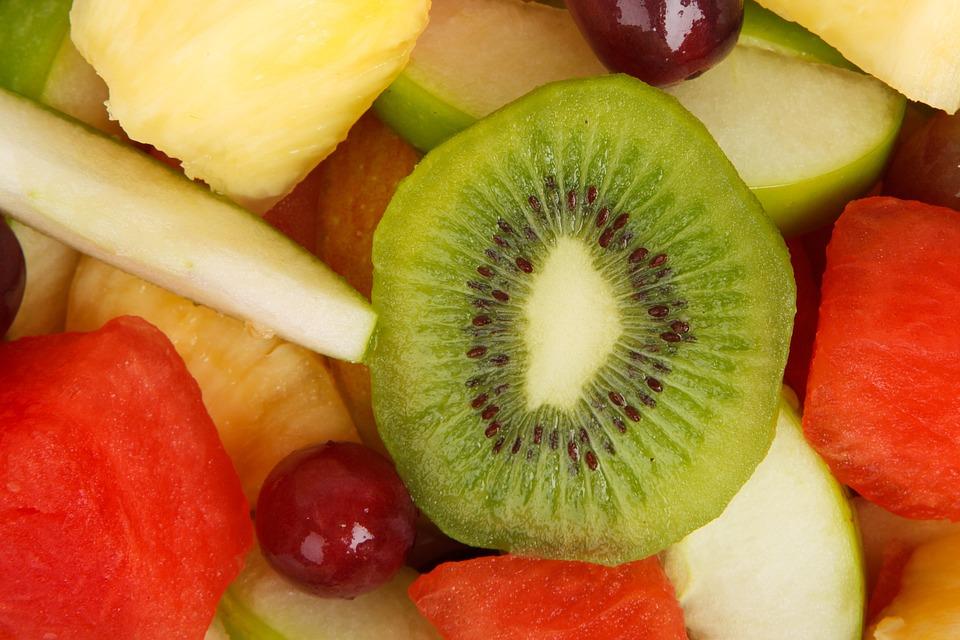 owoce: kiwi, winogrona, jabłko, arbuz