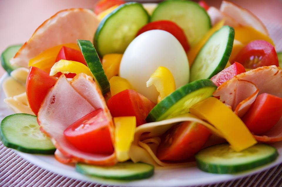 sałatka z ogórka, pomidora,wędliny, papryki i jajka