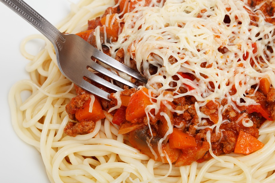 makaron z sosem pomidorowym i serem, widelec