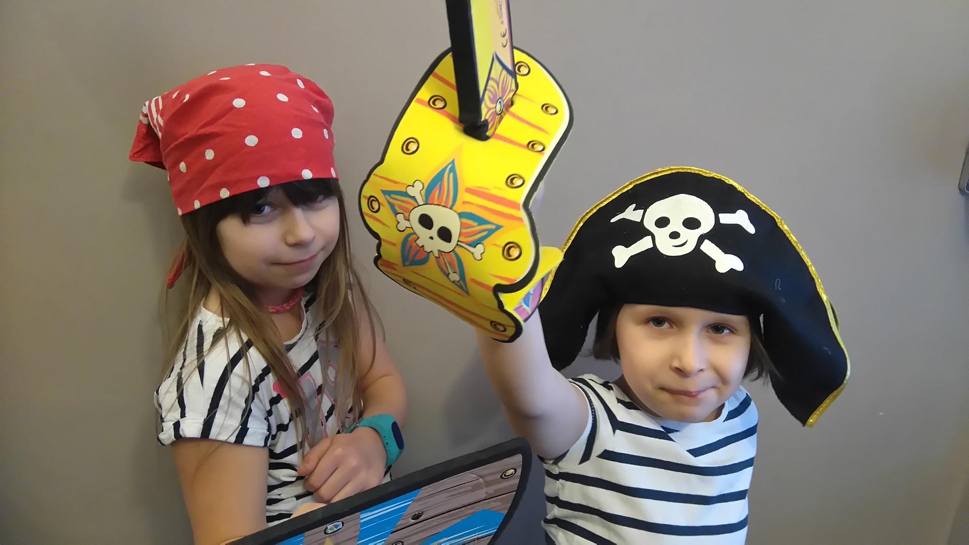 dzieci przebrane za piratów