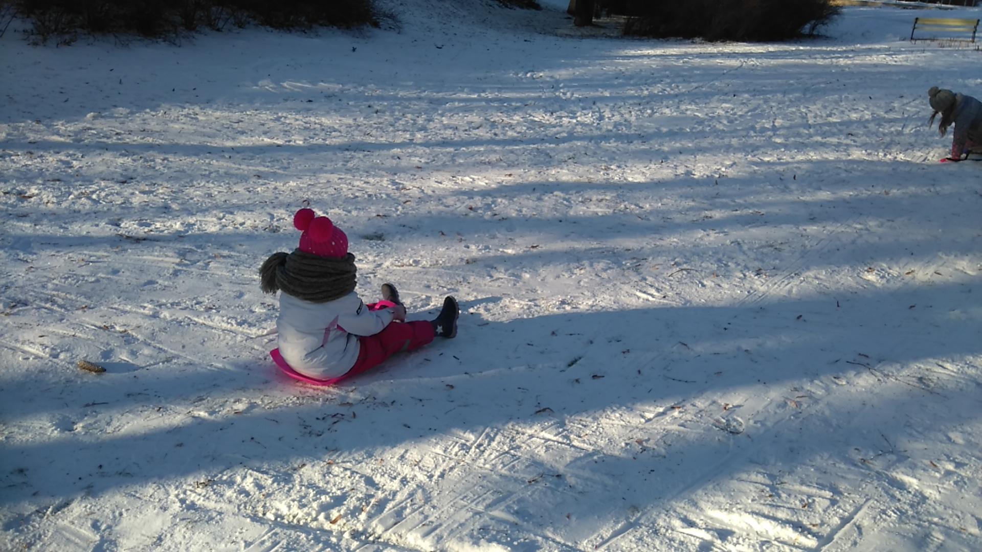 dziecko siedzi na śniegu