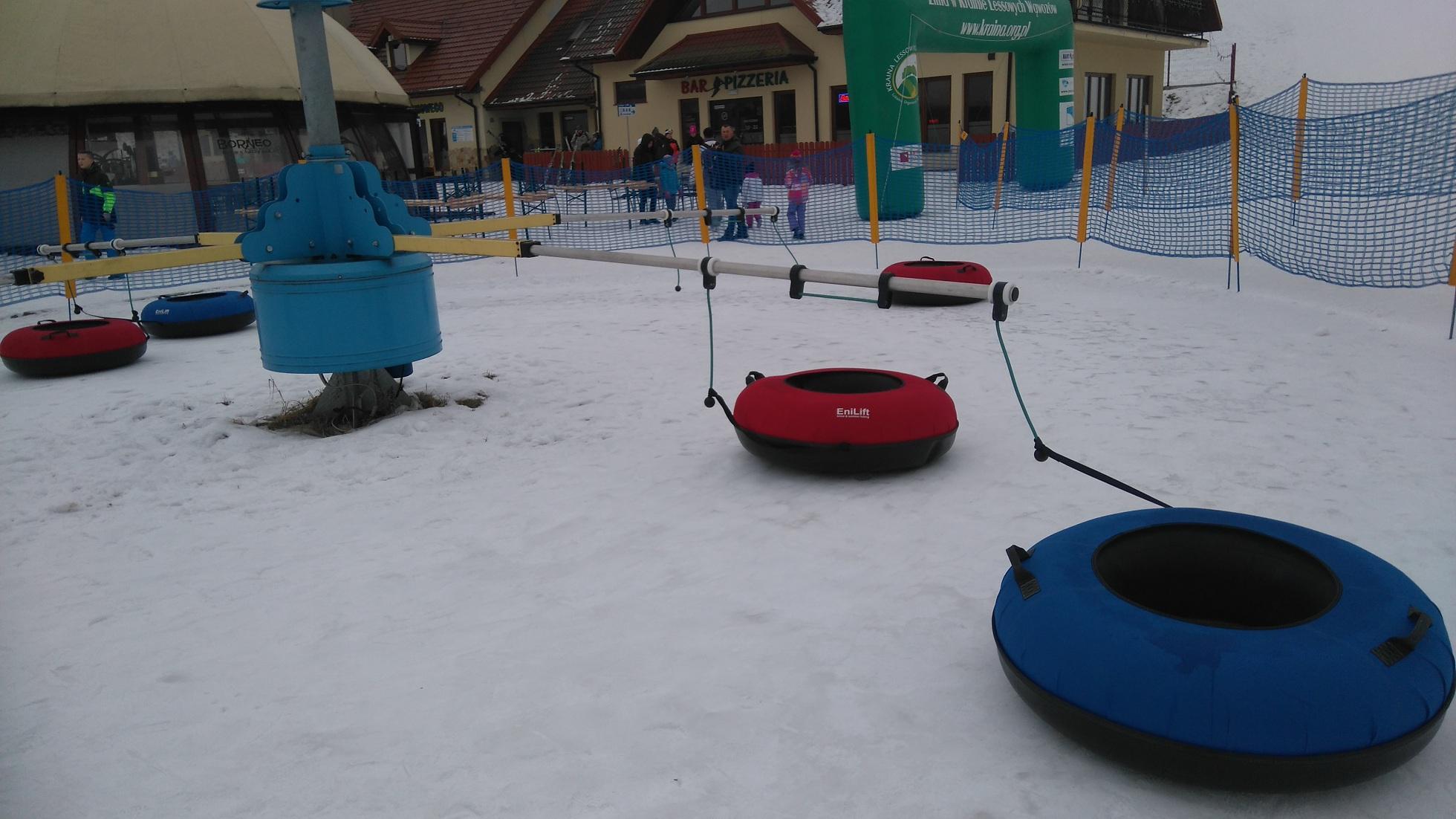 karuzela z pontonów na śniegu