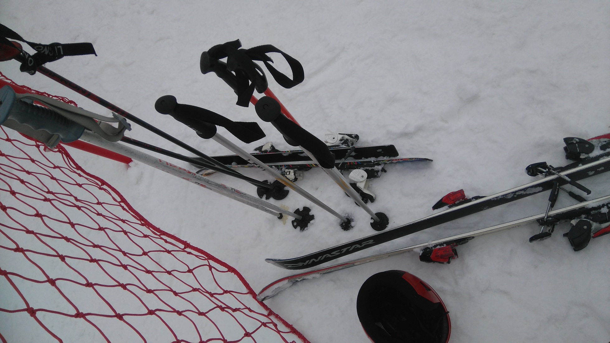 kijki narciarskie wbite w śnieg