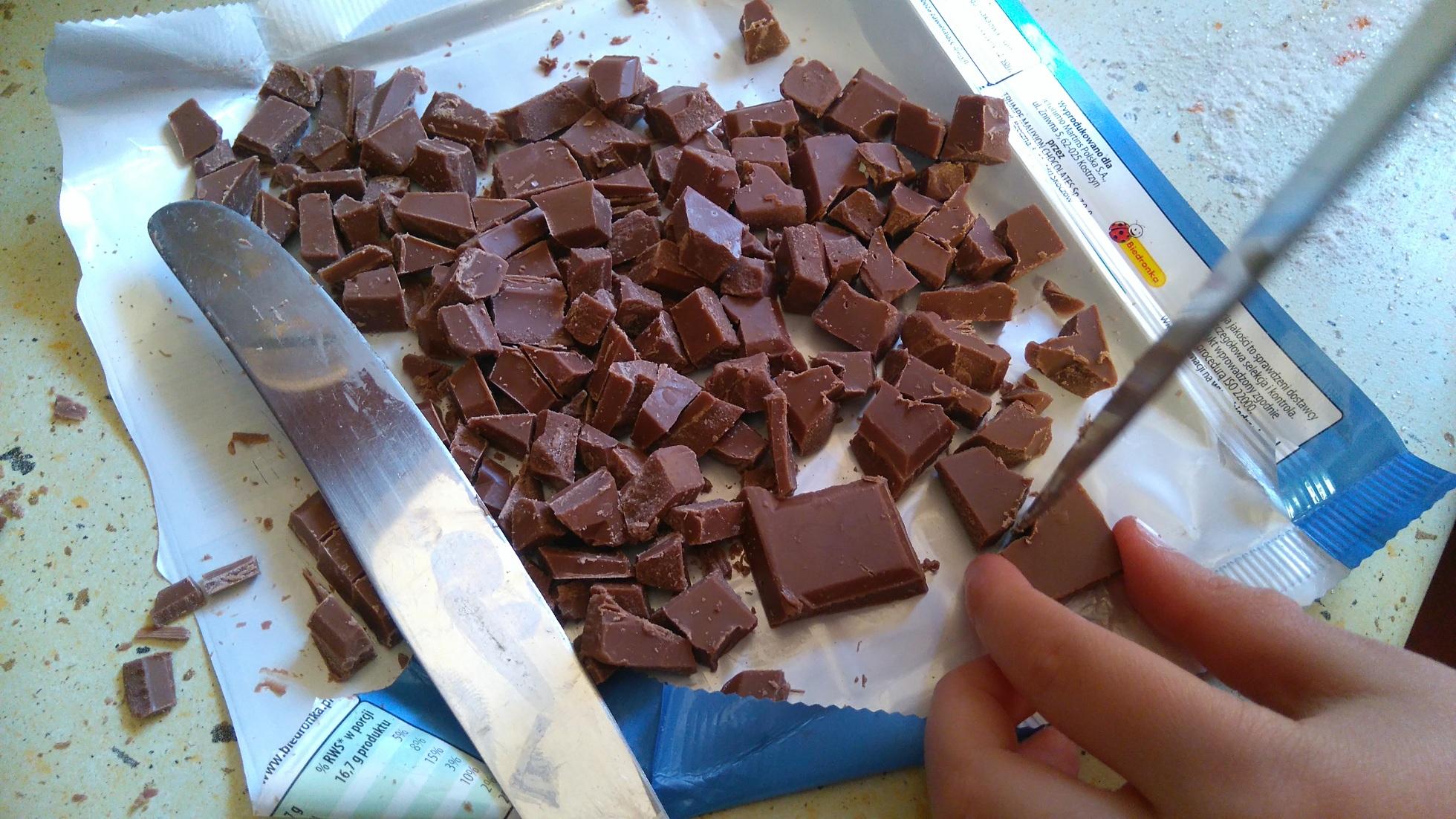 drobno pokrojona czekolada