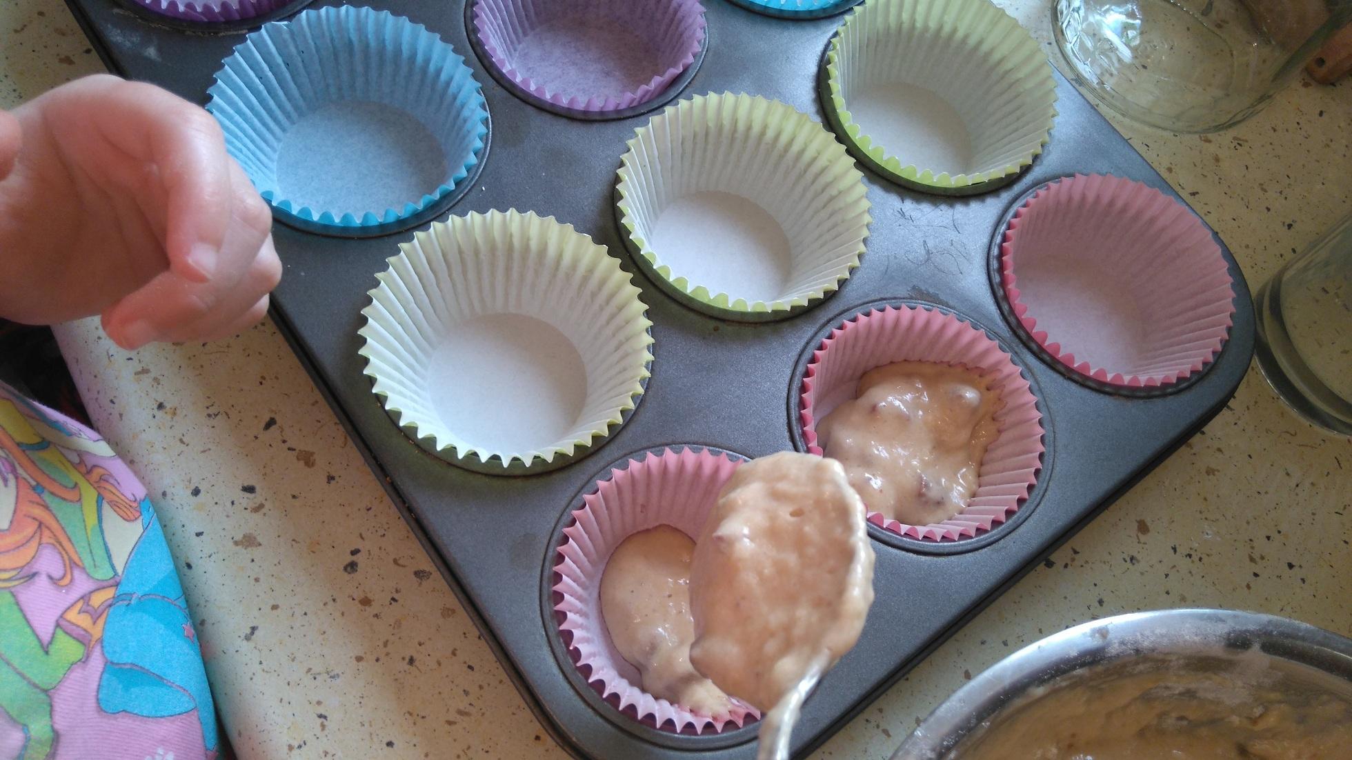 kolorowe papilotki w formie do muffinek wypełniane ciastem