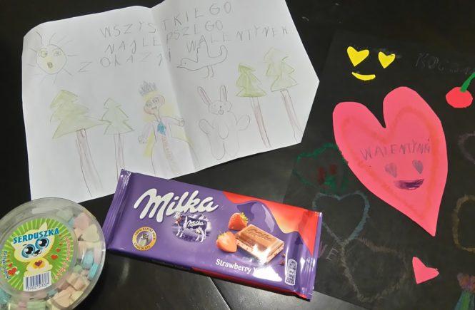 laurki na walentynki, czekolada i cukierki pudrowe na stole
