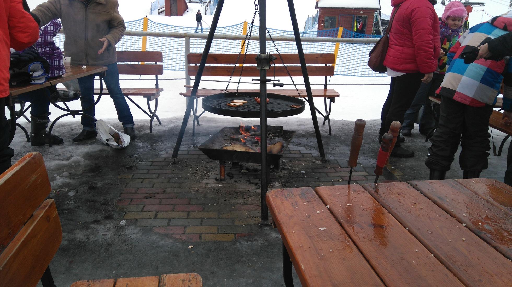 palenisko przygotowane do pieczenia kiełbasek