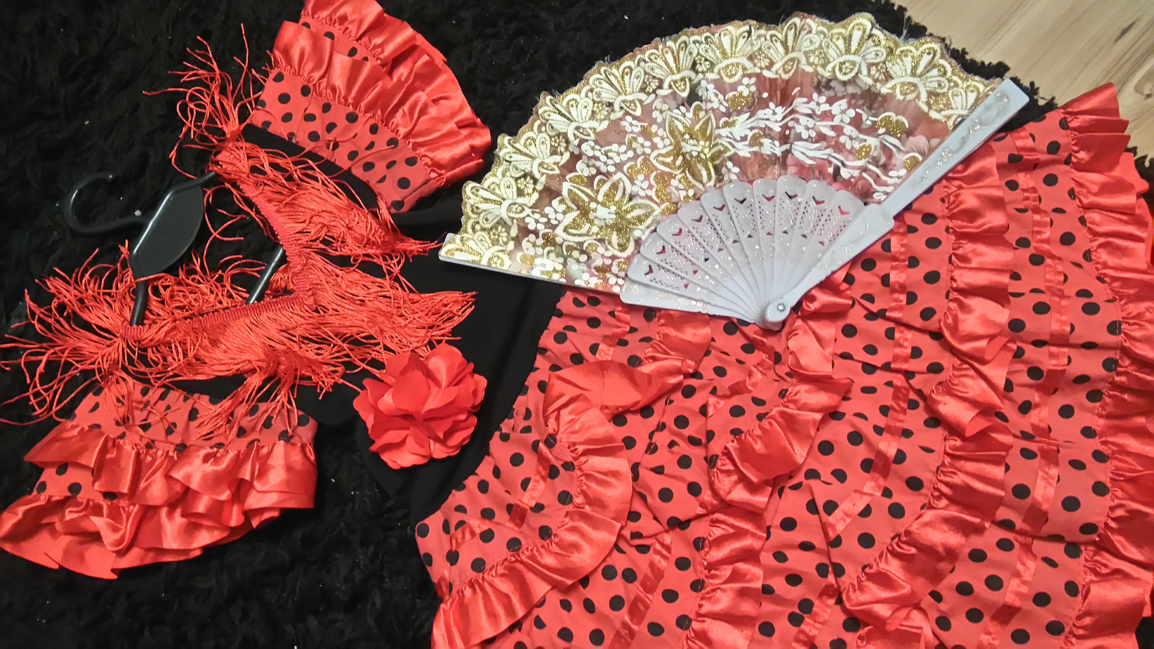 czerwona sukienka z frędzlami w czarne kropki i wachlarz