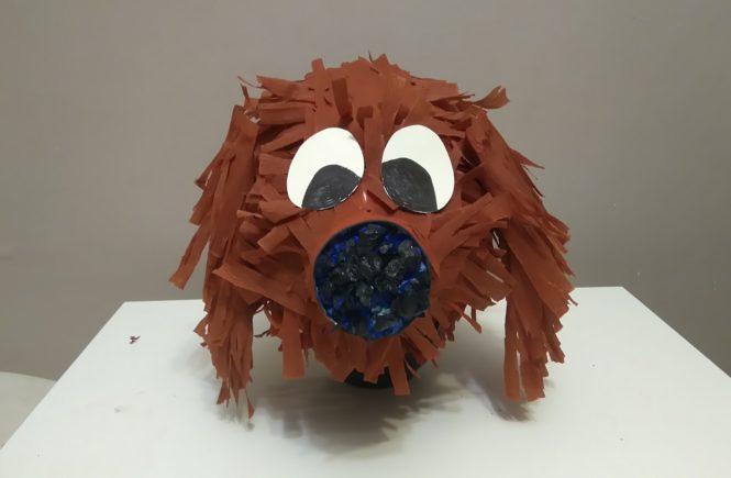 piniata w kształcie głowy psa w kolorze brązowym