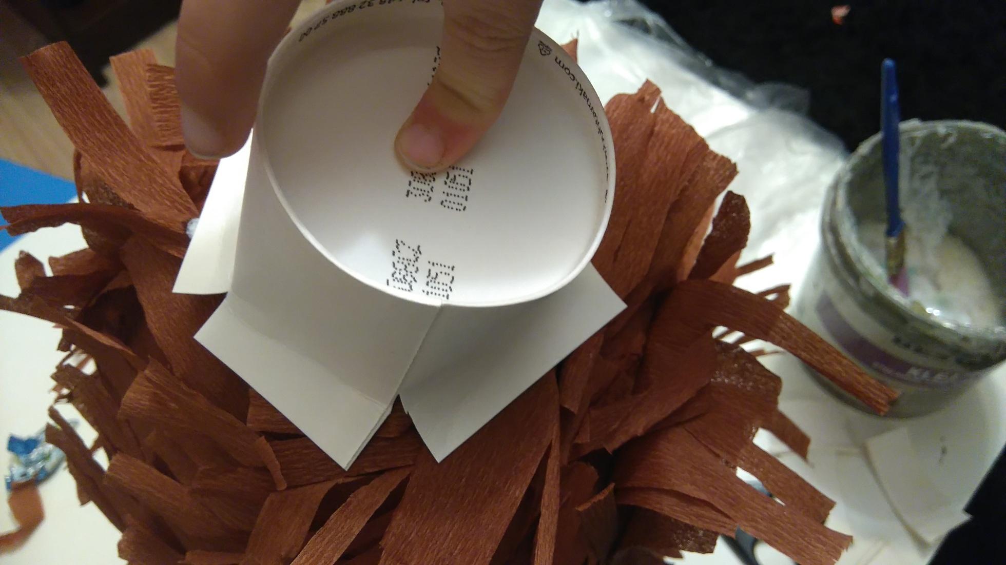 przyklejanie nosa z papierowego kubeczka do piniaty