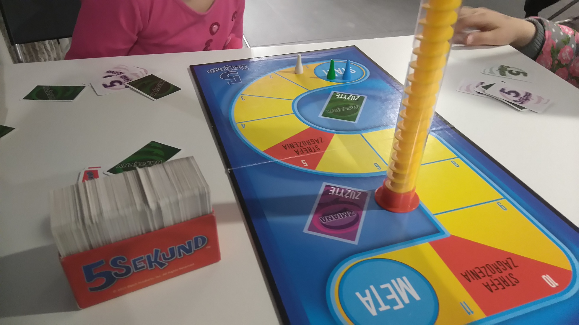 plansza, pudełko z kartami i klepsydra