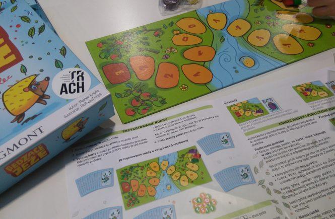 plansza i instrukcja gry pędzące jeże plus logo fundacji animatorów i twórców kultury trach