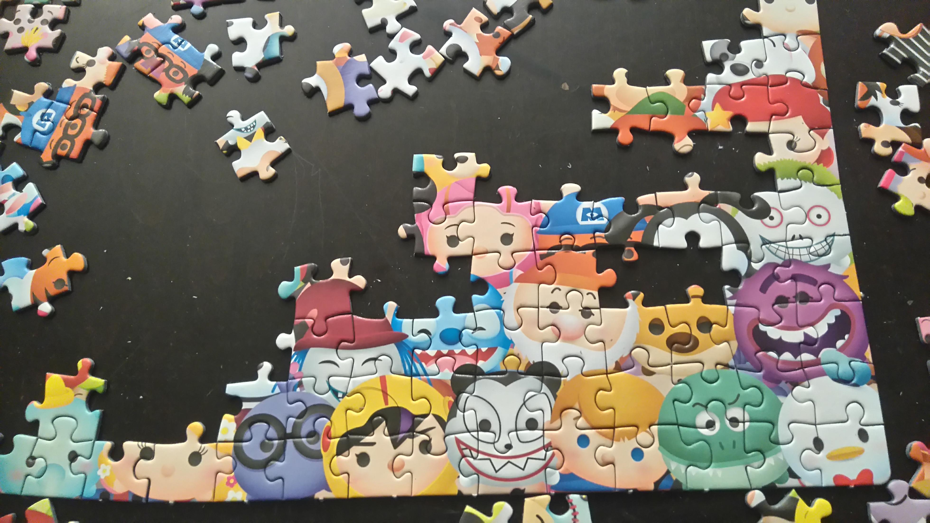 fragment puzzli w trakcie układania