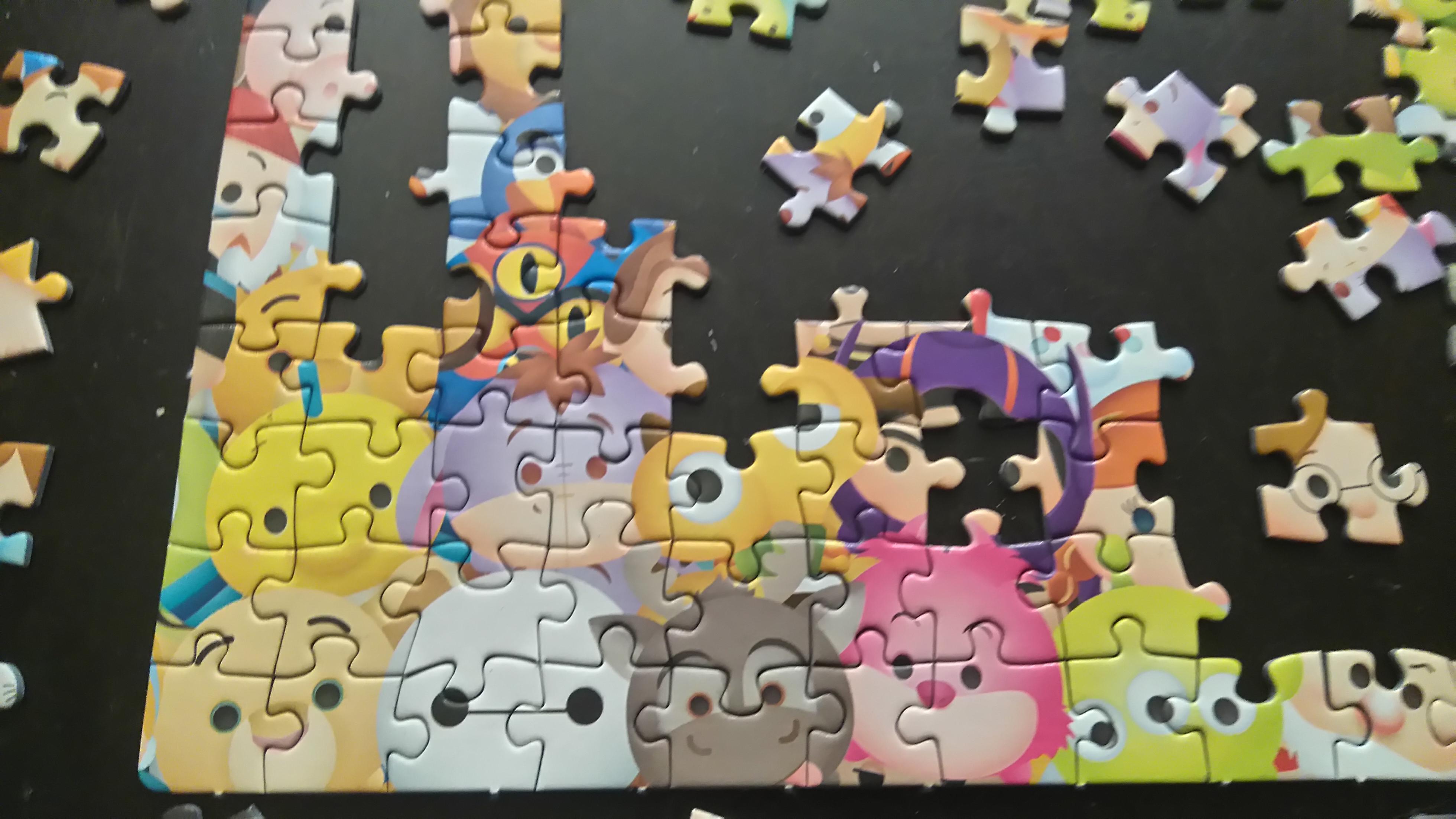 ułożony niewielki fragment puzzli