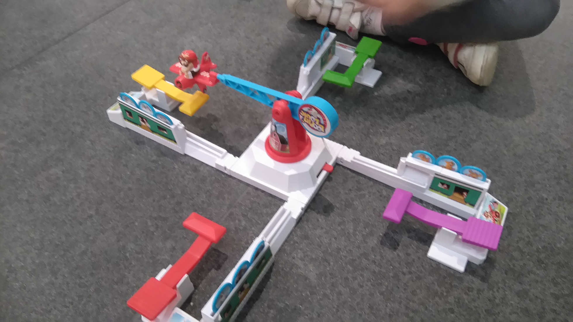 plastikowa konstrukcja z małymi samolocikami