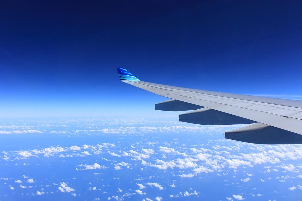 skrzydło samolotu widziane ze środka samolotu