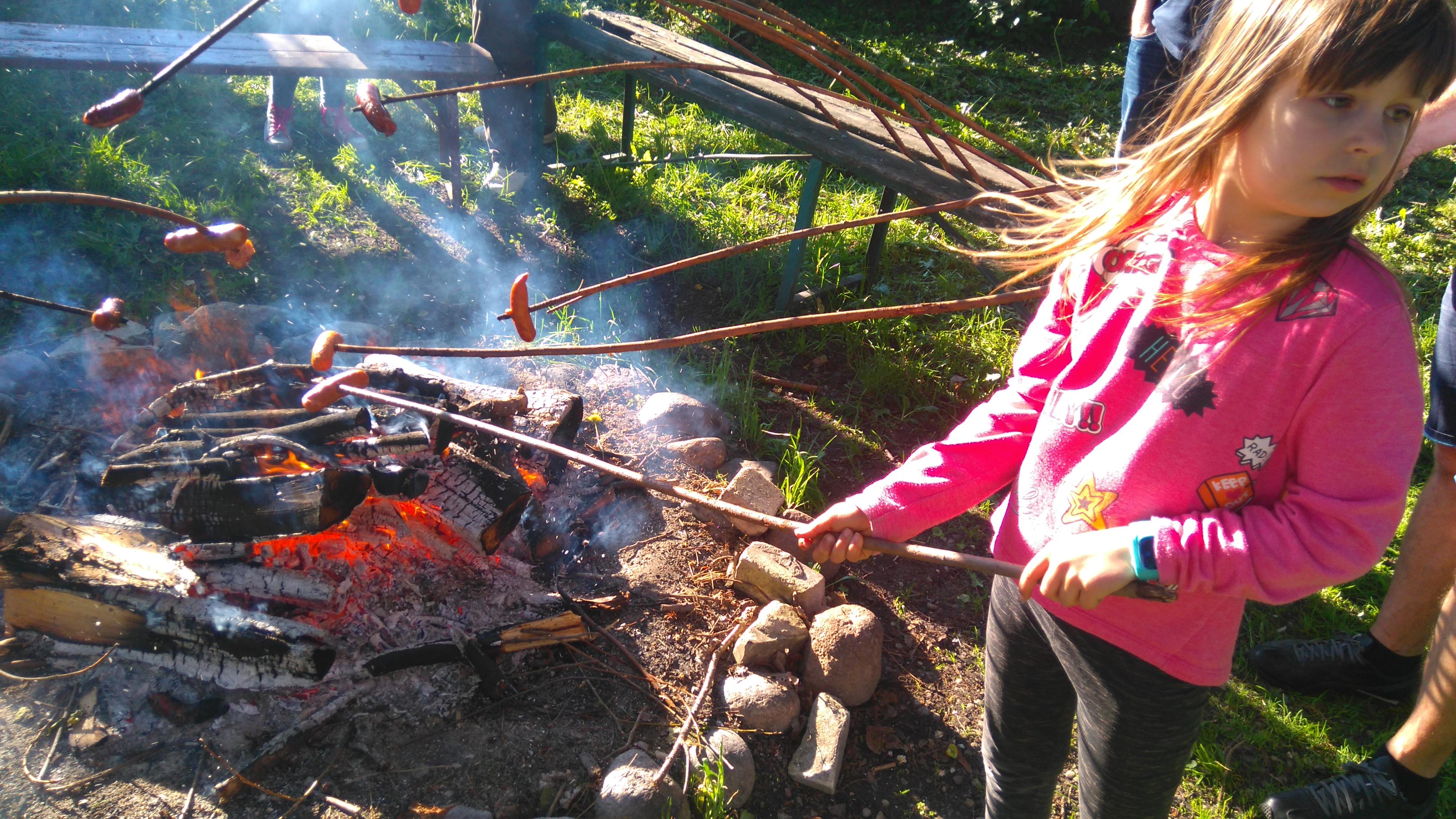 pieczenie kiełbasek na ogniksu