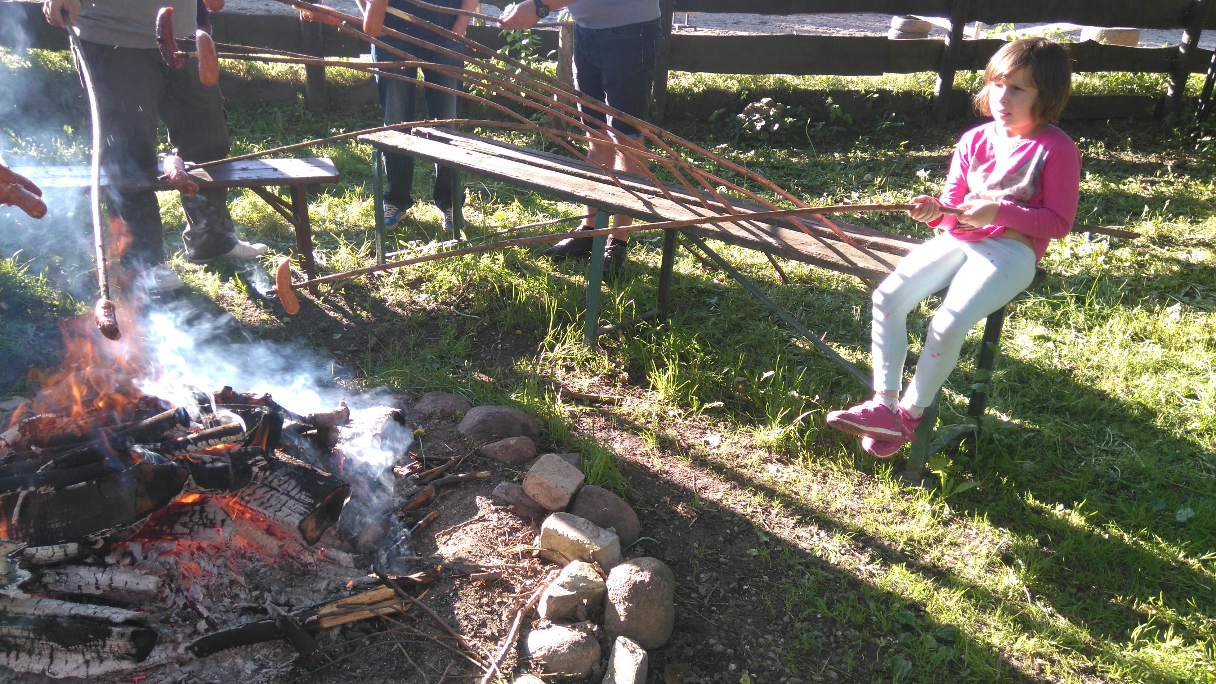 pieczenie kiełbasek na ognisku