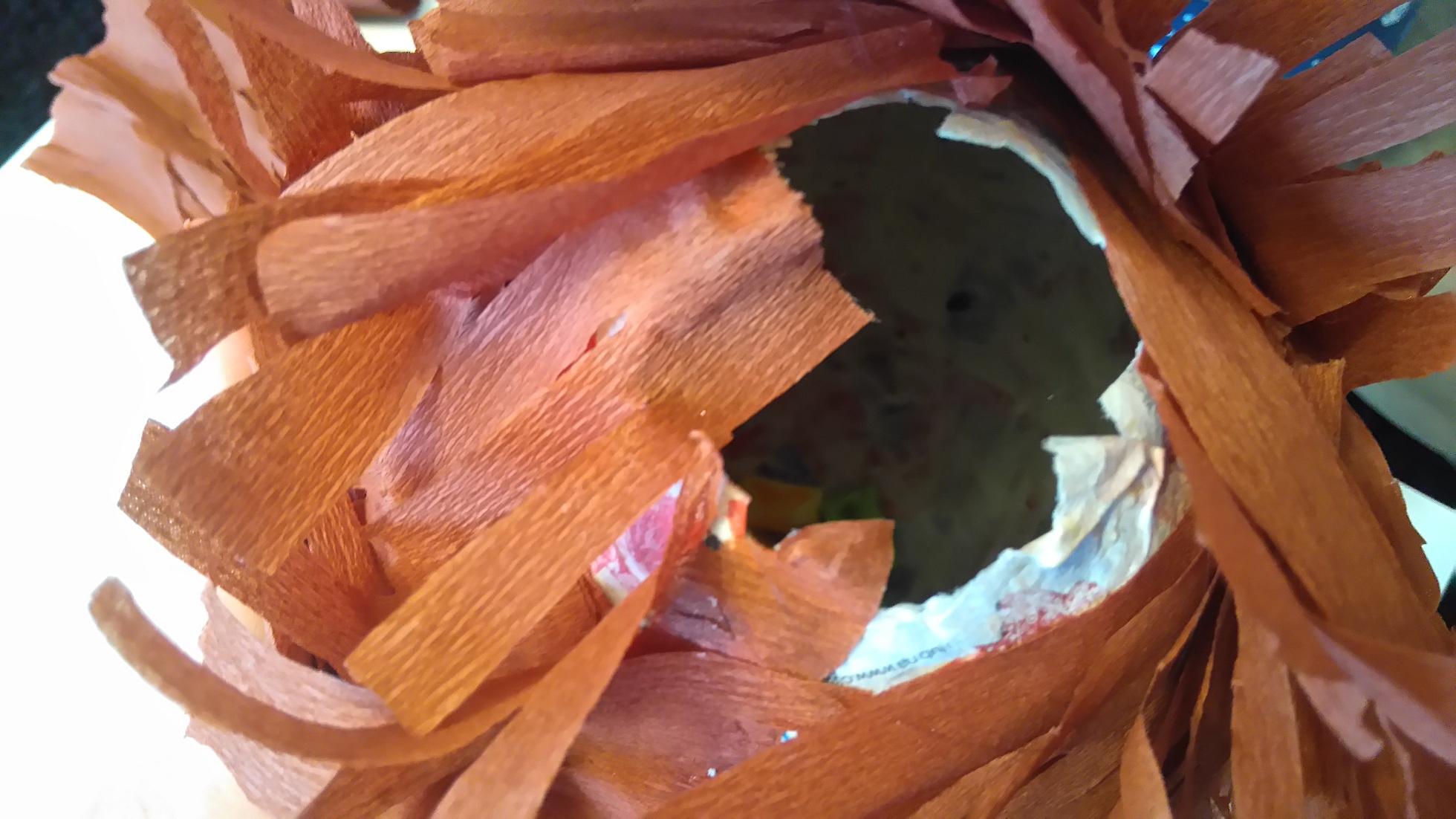 otwór w piniacie, którym wrzuca się słodycze do środka