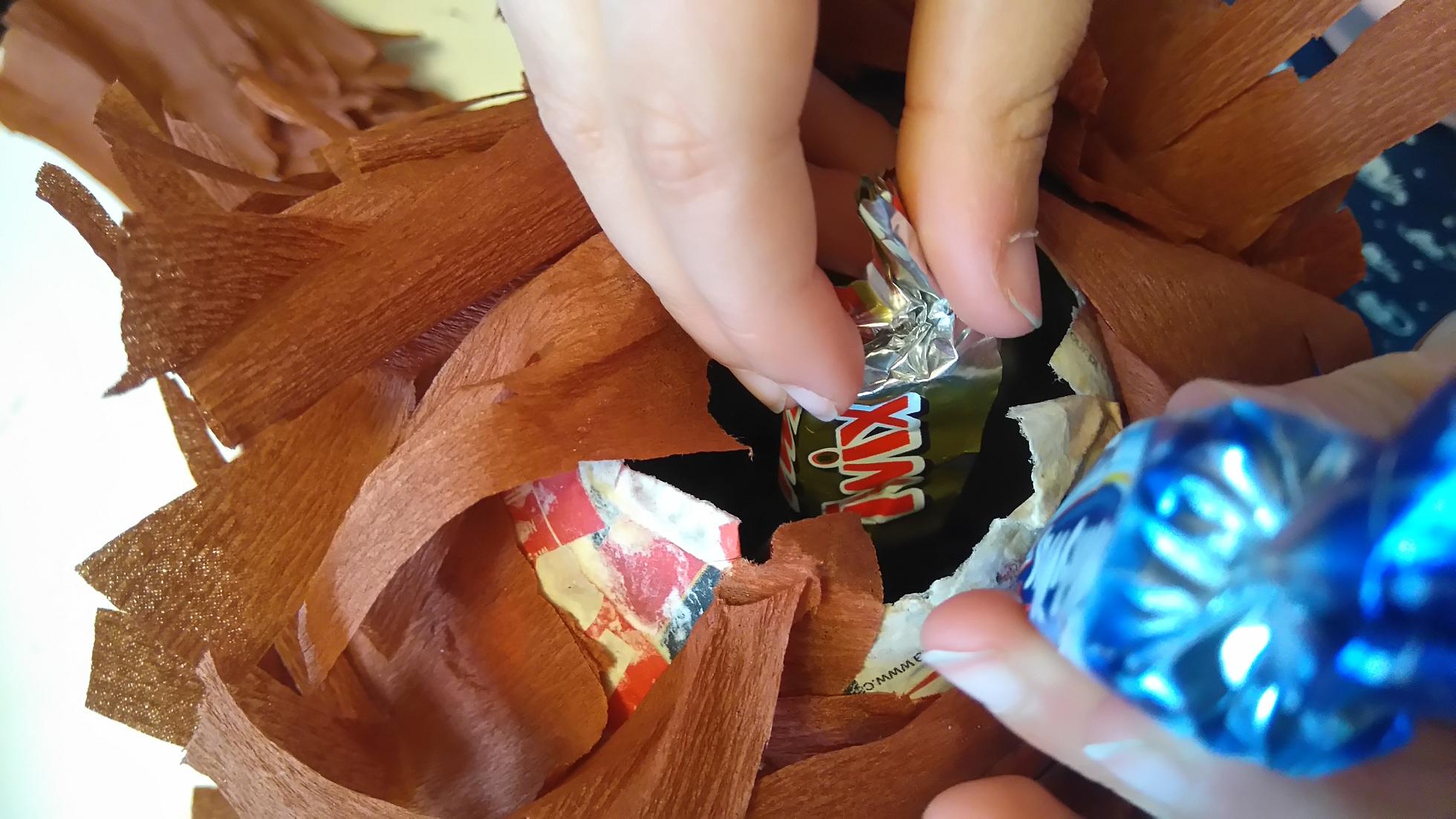 wrzucanie cukierków do piniaty