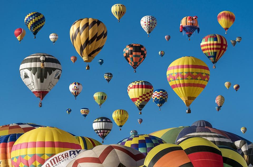 dużo kolorowych balonów na tle niebieskiego nieba