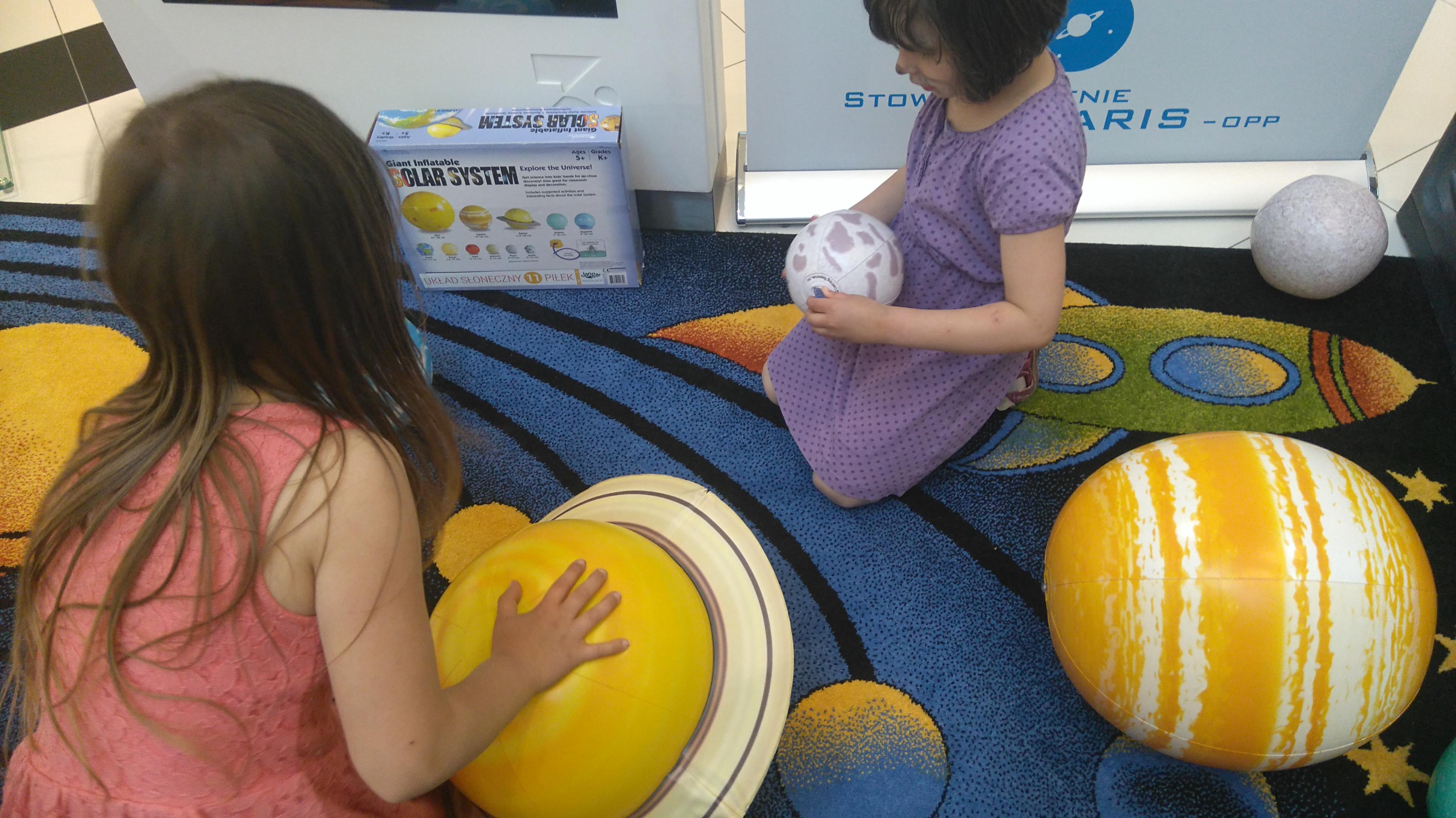 zabawa w budowanie układu słonecznego - piłki odzwierciedlają planety