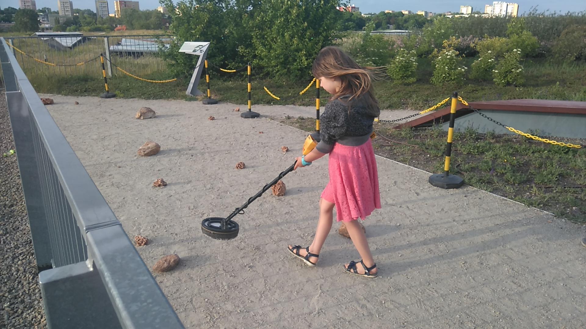 próby posługiwania się urządzeniem do poszukiwania meteorytów ćwiczebnych