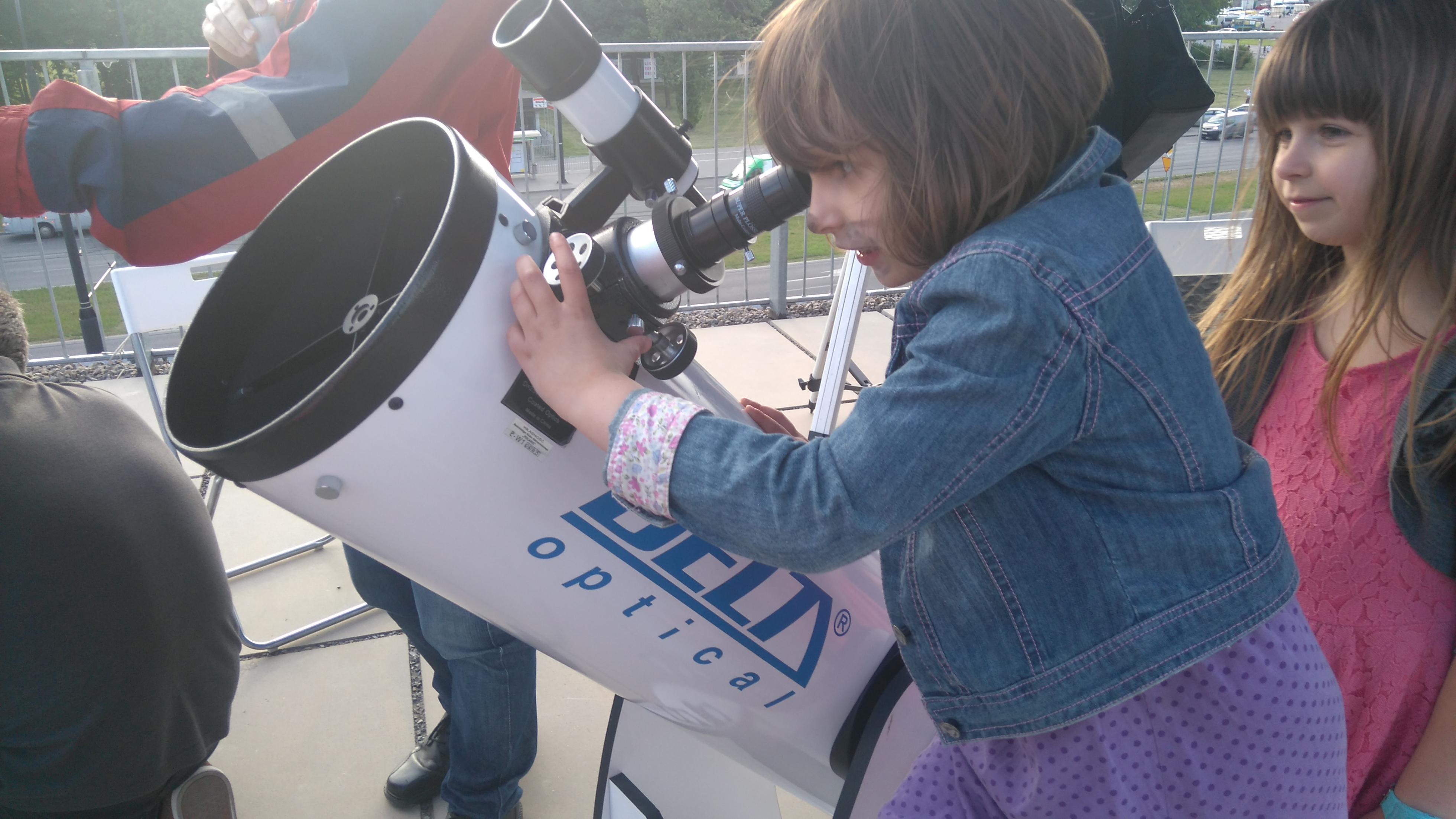 obserwowanie księżyca przez teleskop