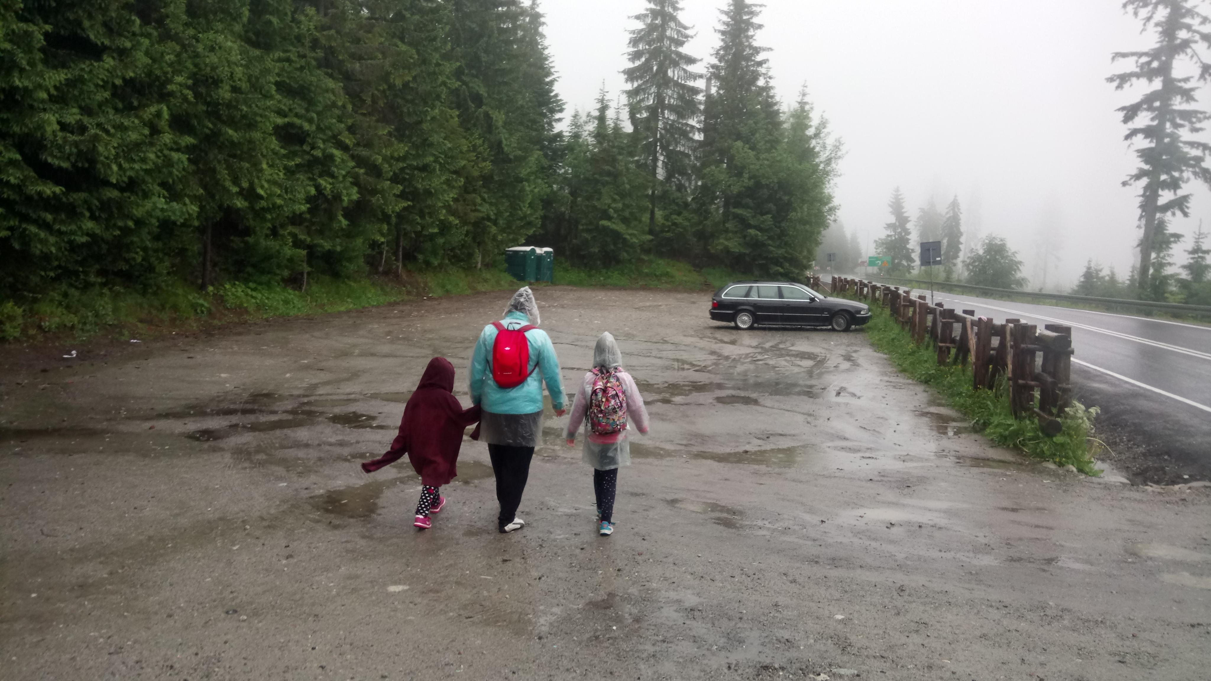 Powrót do samochodu po zejściu ze szlaku w deszczowy dzień