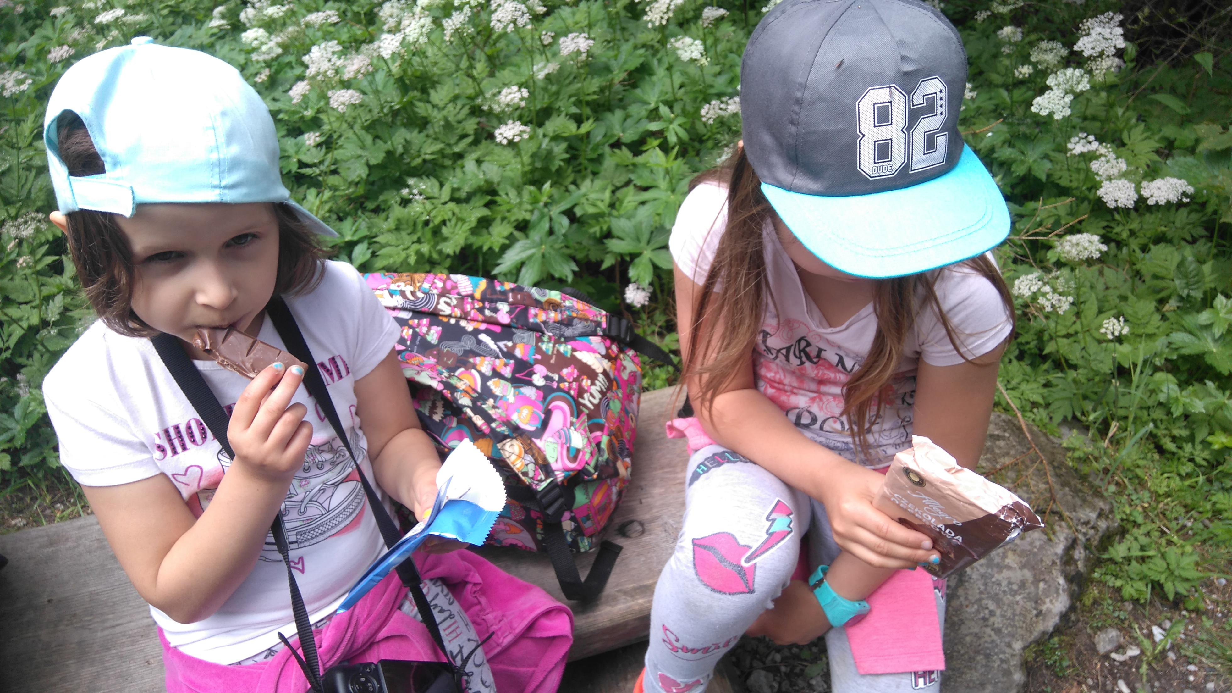 Dzieci regenerują się na szlaku przy pomocy tabliczki czekolady