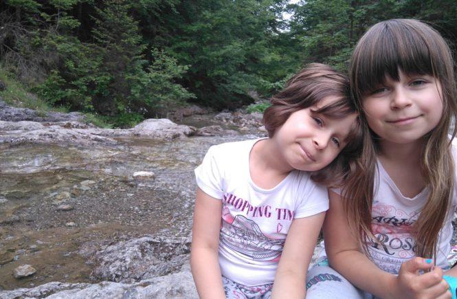 Dwie dziewczynki siedzą przy potoku w Dolinie Strążyskiej