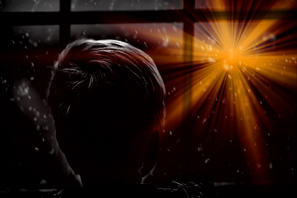 Chłopiec patrzy przez okno na blask pierwszej gwiazdy