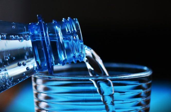 woda nalewana z butelki do szklanki
