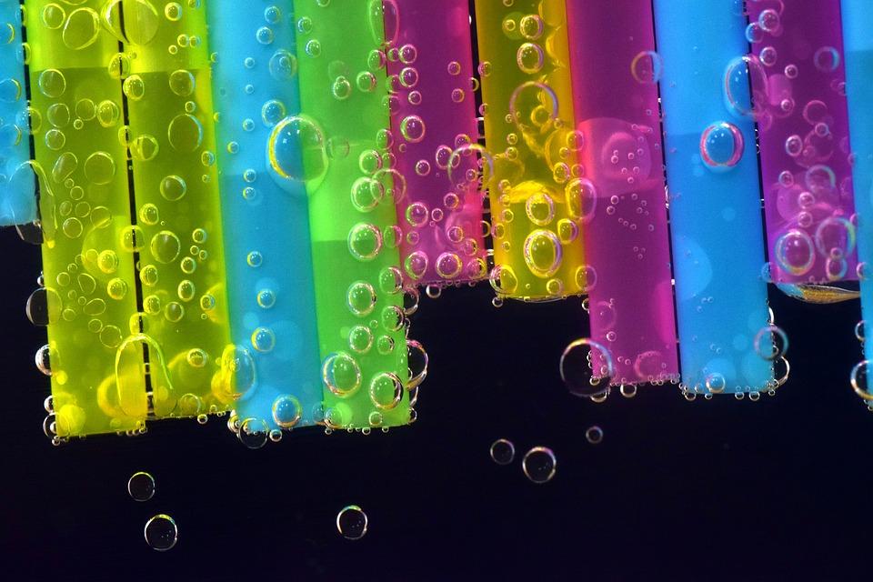 kolorowe słomki zanurzone w wodzie gazowanej